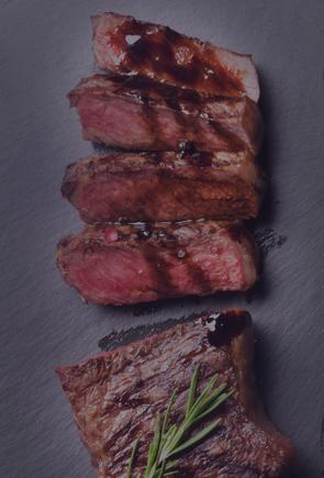 Foto de uma peça de carne vermelha fatiada em quatro pedaços