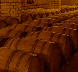Foto de barris de madeira enfileirados